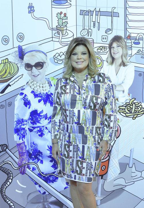 Terelu Campos, posando junto al diseño de Javier Mariscal