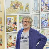 Javier Mariscal, posando junto a su diseño para 'Sálvame Diario'