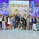 El equipo de 'Sálvame', posando junto al diseño de Javier Mariscal