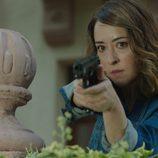 Loreto Bereta enpuñando una pistola en 'Olmos y Robles'