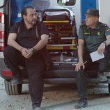 Pepe Viyuela y JoaquÍn Núñez sentados en una ambulancia en 'Olmos y Robles'