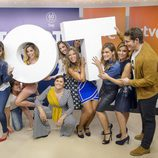 Los triunfitos posando con las siglas del programa en 'OT. El reencuentro'