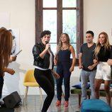 Rosa López cantando ante la mirada de los demás en 'OT. El reencuentro'