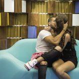 Pol y Adara se comen a besos en el confesionario
