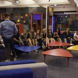 Los concursantes en el sofá antes de la expulsión
