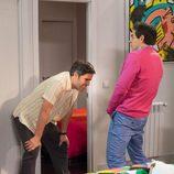 Amador enseña sus partes a su hermano Theodoro en 'La que se avecina'