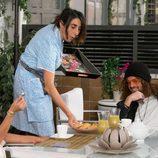 La Chusa sirve la comida a Maite y Héctor en 'La que se avecina'