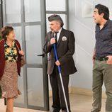 Amador hablando con Doña Fina en el portal de 'La que se avecina'