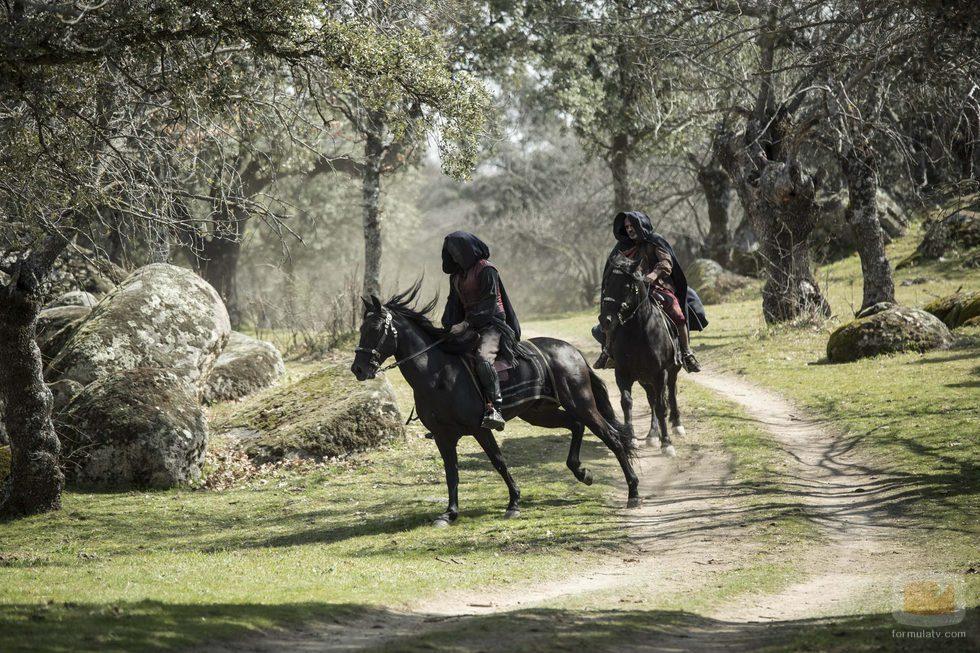 Gonzalo y Sátur galopando por el bosque en el último capítulo de 'Águila Roja'