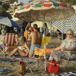 María Galiana sentada en la playa durante el rodaje de 'Cuéntame cómo pasó' en Benidorm