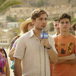 Un ficticio periodista de TVE está informando desde la playa en el rodaje de 'Cuéntame cómo pasó' en Benidorm