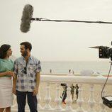 Ricardo Gómez e Irene Visedo en una escena durante el rodaje de 'Cuéntame cómo pasó' en Benidorm