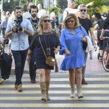 Carmen Borrego y Terelu Campos grabando el reality 'Las Campos' por las calles de Málaga