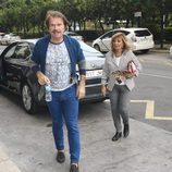 Bigote Arrocet junto a María Teresa Campos saliendo de un coche en el rodaje de 'Las Campos'