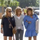 María Teresa Campos junto a sus dos hijas en el rodaje de 'Las Campos' en Málaga
