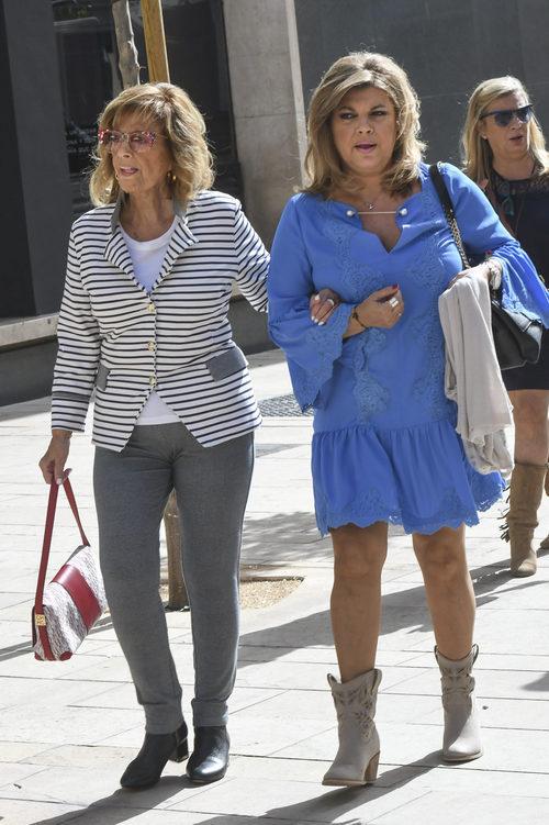 María Teresa Campos agarrada a Terelu mientras caminan en el rodaje de 'Las Campos'