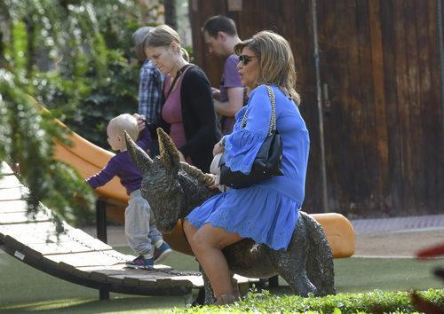 Terelu Campos sentada durante el rodaje de 'Las Campos' en Málaga
