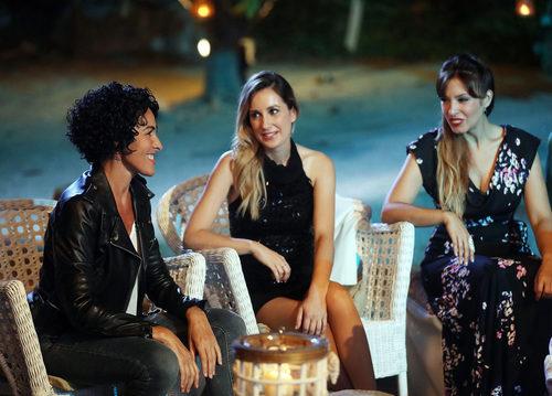 Nina, Mireia y Gisela vestidas de negro