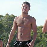 Maxi Iglesias luce torso desnudo en bañador durante sus vacaciones en Ibiza