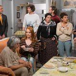 Lola y Javi, junto a algunos vecinos, respaldan a Vicente en 'La que se avecina'