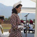 Claire Foy en 'The Crown', dando un discurso como la reina Isabel II