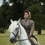 La reina Isabel II en 'The Crown' montando a caballo