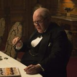 John Lithgow en 'The Crown' fumando un puro