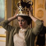 Isabel II, en 'The Crown', probándose la corona