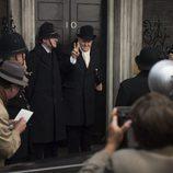 Churchill haciendo el signo de la victoria en 'The Crown'