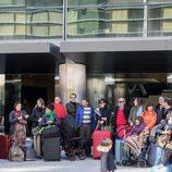 Los vecinos de Montepinar esperando un medio de transporte en 'La que se avecina'