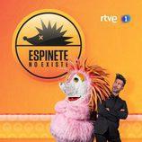 Eduardo Aldán junto con el erizo rosa en 'Espinete no existe' de TVE
