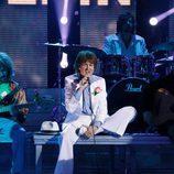 Esther Arroyo sentada en el escenario de 'Tu cara me suena' intepretando a los Rolling Stones