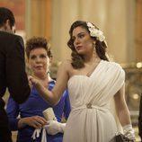 Rubén Cortada besando la mano a Blanca Suárez en 'Lo que escondían sus ojos'