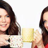 Lauren Graham y Alexis Bledel brindan en la promoción del regreso de 'Las chicas Gilmore'