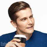 Matt Czuchry tomando café mientras posa para la promoción de 'Las chicas Gilmore'