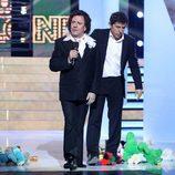 Juan Muñoz junto a Manel Fuentes en su imitación de Roberto Carlos en la séptima gala de 'Tu cara me suena'
