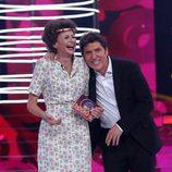Esther Arroyo posa junto a Manel Fuentes como la ganadora de la séptima gala de 'Tu cara me suena'