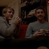 Keegan Joyce y Josh Thomas bebiendo café en 'Please Like Me'