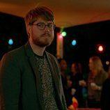 Thomas Ward con gafas en 'Please Like Me'