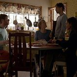 Josh Thomas, Keegan Joyce, Thomas Ward y Caitlin Stasey desayunando en 'Please Like Me'
