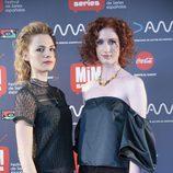 Olivia Chenery y Rebecca Scott posan en la presentación de 'Reinas'