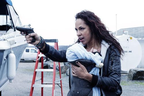 Amanda Brugel empuña un arma en 'Eyewitness'