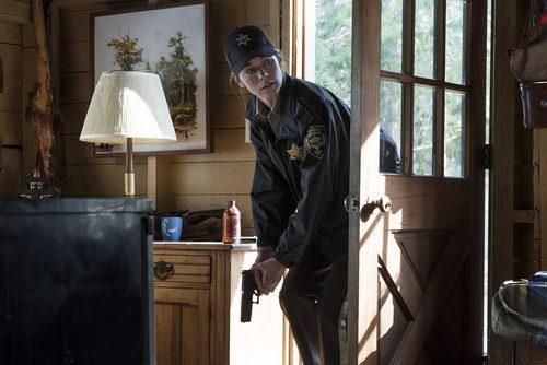 Julianne Nicholson entrando en escena en 'Eyewitness'