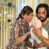 Jack y Rebecca con su hijo en 'This is us'