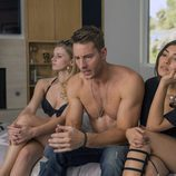 Justin Hartley con dos chicas en 'This is us'