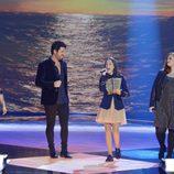 María Parrado cantando con los concursantes en los segundos directos de 'La Voz'