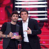 Canco Rodríguez junto con Manel Fuentes posando como ganador de la novena gala de 'Tu cara me suena'
