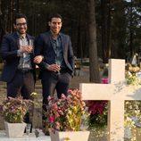 """Hernando y Lito Rodríguez (Miguel Ángel Silvestre) en el cementerio en """"A Christmas Special"""", el episodio navideño de 'Sense8'"""