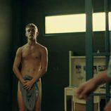 Patrick Criado, desnudo, muestra su cuerpo sin ropa en 'Mar de plástico'