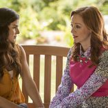 Clara Lago junto con Lindy Booth en 'The Librarians'